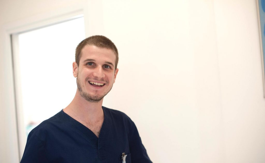 damien guilhaudis Salle de soins du cabinet dentaire Richard Garrel a Avignon dans le Vaucluse. Implant dentaire et pose d'implants dentaires