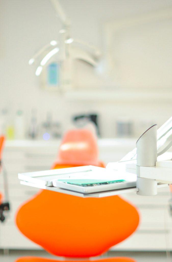 fauteuil-pour-implants-dentaires-basee-a-avignon-dans-le-vaucluse-84000-chirugien-dentiste-richard-garrel-damien-guilhaudis-et-jean-peres